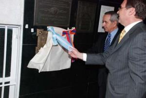 El Embajador y el benefactor Gregorio Tchinnosian descubren la placa.