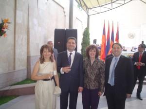 El Primer Ministro, Dikrán Sarkisian y su esposa, la Sra. Diana D. de Pérez Valderrama y el Sr. Juan Pablo Gechidjian.