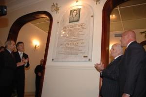 El benefactor nacional Sr. Armen Mezadourian ,conjuntamente con el Jefe de Gob. de la Ciudad de Bs. As. Ing. Mauricio Macri, el Embajador de la República de Armenia Sr. Vladimir Karmirshalyan, y el Dr. Alberto Djeredjián, vicepresidente del Centro Armenio, realizan la apertura del acto.