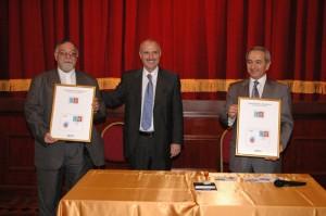El Dr. Di Cola entrega cuadros recordatorios de la fecha al Arz. Kissag Mouradian y al Embajador Vladimir Karmirshalyan.