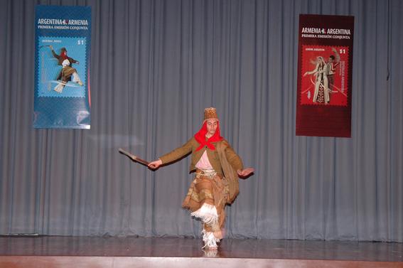 Un bailarín del Ballet Folklórico Nacional, en el «Malambo».
