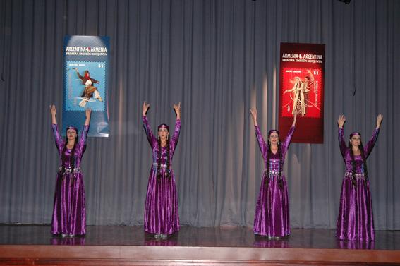 El Conjunto «Kaiané» presenta la danza «Siranoush», en homenaje a la benefactora nacional Siranoush Arzoumanian de Mezadourian.